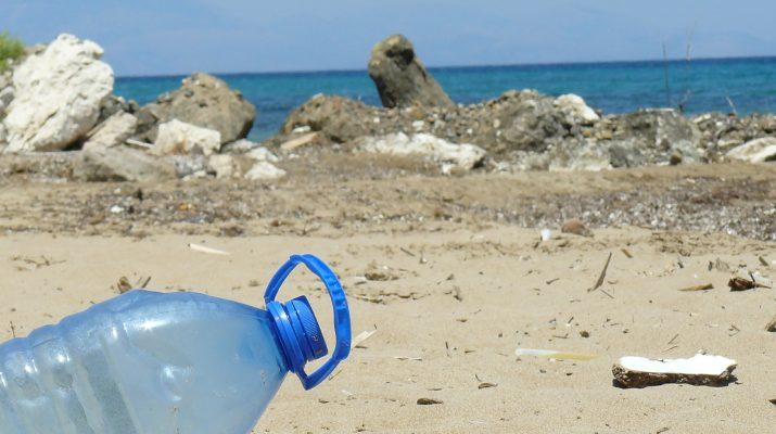 Una bottiglia di plastica sulla spiaggia